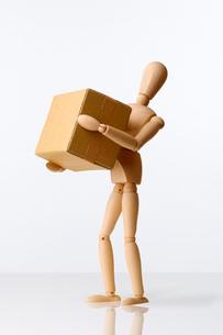 ダンボールを運ぶモデル人形の写真素材 [FYI01475296]