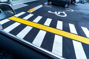 障害者専用駐車場 ピクトグラムの写真素材 [FYI01475337]