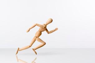 走るモデル人形の写真素材 [FYI01475461]