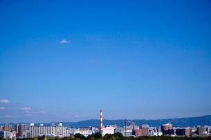 大阪市街東側の街並みと生駒山系を望むの写真素材 [FYI01475568]