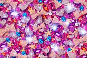 一面に敷き詰められたカラフルな宝石のイラスト素材 [FYI01475629]