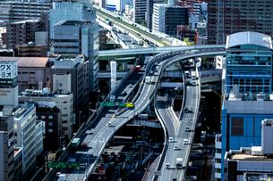 大阪西区方面のビル群と阪神高速道路湾岸線の写真素材 [FYI01475881]