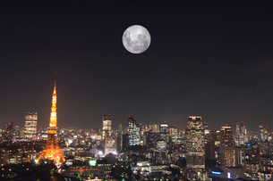 東京タワーと満月の写真素材 [FYI01476036]