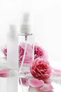 化粧品とバラの花と白いレースの写真素材 [FYI01476122]