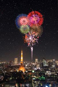 花火と東京タワーの夜景の写真素材 [FYI01476151]