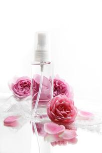 化粧水のボトルとバラの花と白いレースの写真素材 [FYI01476274]