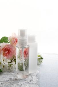 バラの花束と化粧品のボトルの写真素材 [FYI01476285]