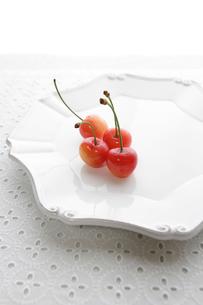 白いお皿の上の赤いさくらんぼの写真素材 [FYI01476344]