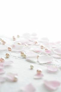 布の上のバラの花びらの写真素材 [FYI01476515]