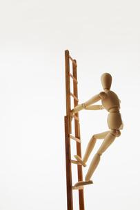 はしごを昇るモデル人形の写真素材 [FYI01476517]
