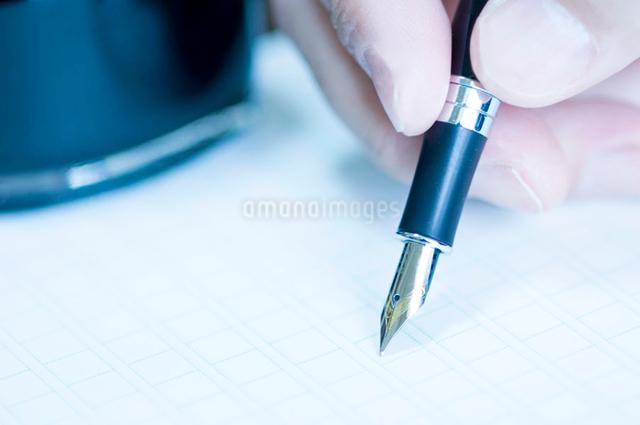 ペンを持つ指先の写真素材 [FYI01476526]