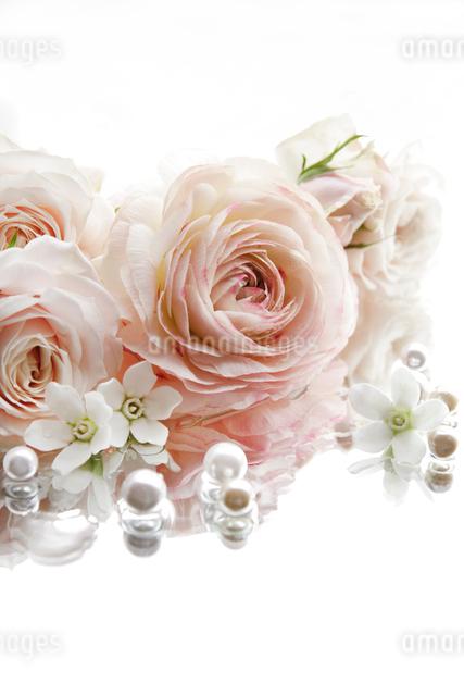 ピンクのラナンキュラスとバラのアレンジメントの写真素材 [FYI01476551]