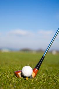 ゴルフボールと青空の写真素材 [FYI01476568]
