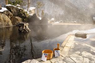 雪の露天風呂の写真素材 [FYI01476619]
