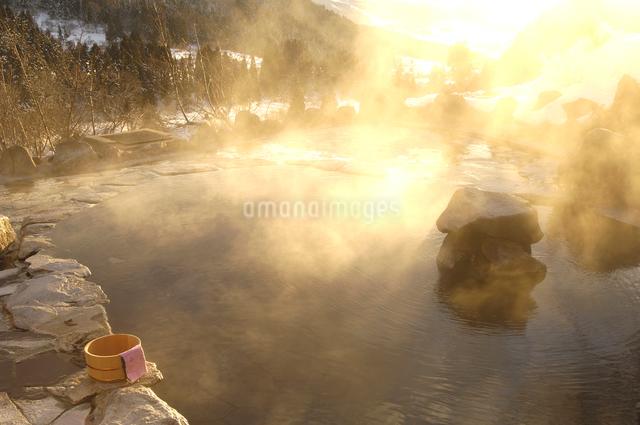 雪の露天風呂の写真素材 [FYI01476706]