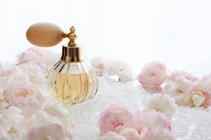 バラの花と香水のボトルの写真素材 [FYI01476725]