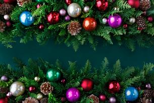 クリスマスオーナメントを飾ったデコレーションの写真素材 [FYI01476754]