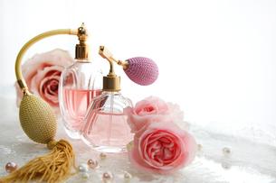 クラシックなガラスの香水瓶とピンクのバラの花の写真素材 [FYI01476802]