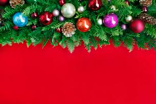 クリスマスオーナメントを飾ったデコレーションの写真素材 [FYI01476876]