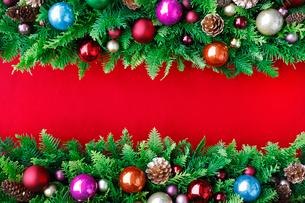 クリスマスオーナメントを飾ったデコレーションの写真素材 [FYI01476891]