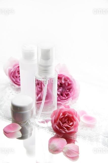 化粧品とバラの花と白いレースの写真素材 [FYI01476898]