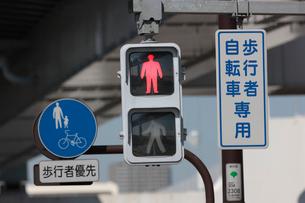 歩行者用信号機 赤の写真素材 [FYI01476910]
