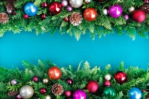 クリスマスオーナメントを飾ったデコレーションの写真素材 [FYI01476917]