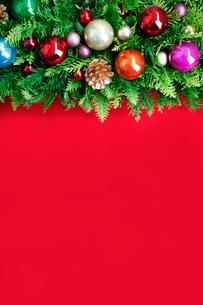クリスマスオーナメントを飾ったデコレーションの写真素材 [FYI01476932]