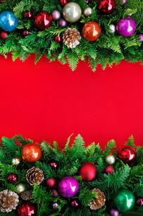 クリスマスオーナメントを飾ったデコレーションの写真素材 [FYI01476965]