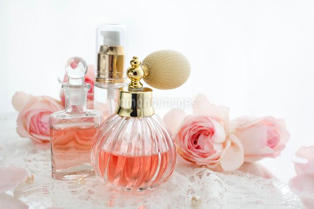 クラシックな香水瓶とバラの花とレースの写真素材 [FYI01477018]