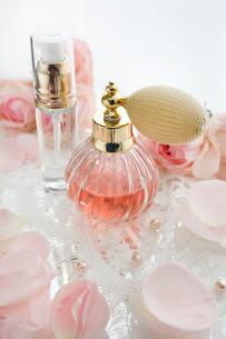 クラシックな香水瓶とバラの花とレースの写真素材 [FYI01477061]