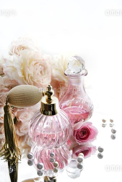 アンティークな香水瓶と花束の写真素材 [FYI01477088]