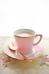 花柄のテーブルクロスの上に置かれたコーヒーカップの写真素材 [FYI01477103]