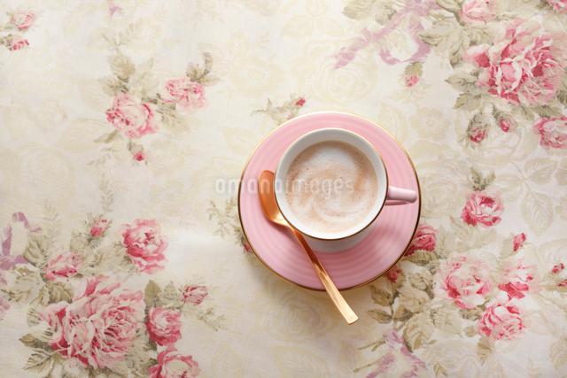 花柄のテーブルクロスの上に置かれたコーヒーカップの写真素材 [FYI01477115]