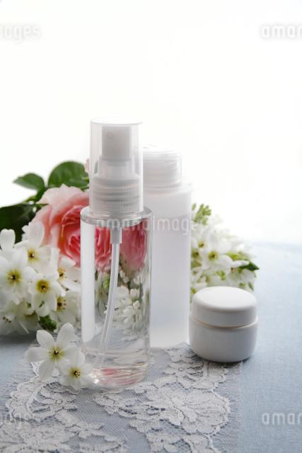 バラの花束と化粧品の写真素材 [FYI01477153]