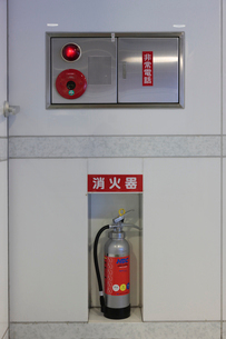 屋内の消火器と火災通報設備の写真素材 [FYI01477240]