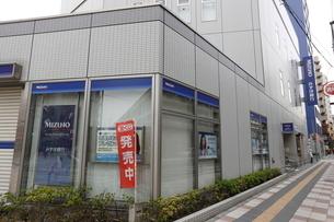 みずほ銀行尾久支店の写真素材 [FYI01477327]