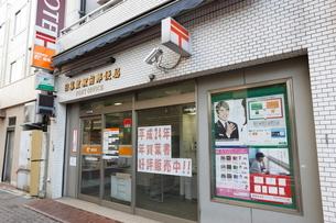 日暮里駅前郵便局の写真素材 [FYI01477372]