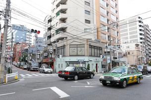 団子坂下交差点の写真素材 [FYI01477513]