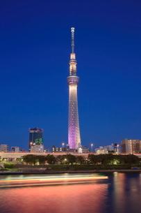 隅田川の船の光跡とスカイツリーの夜景 雅の写真素材 [FYI01477794]