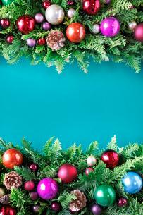 クリスマスオーナメントを飾ったデコレーションの写真素材 [FYI01477819]