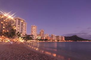 ワイキキビーチの夜景の写真素材 [FYI01477835]