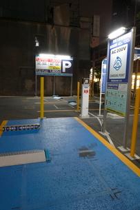 街中の電気自動車の充電設備の夜の写真素材 [FYI01478014]
