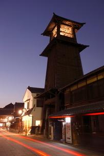 川越の時の鐘の夜景の写真素材 [FYI01478053]