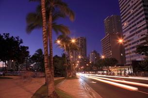 カラカウア大通りの夜景の写真素材 [FYI01478054]