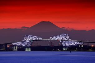 富士山とゲートブリッジの夜景の写真素材 [FYI01478065]
