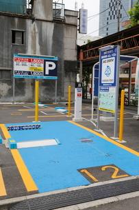 街中の電気自動車の充電設備の写真素材 [FYI01478069]