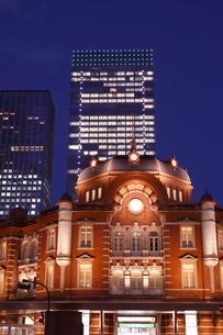 東京駅丸の内駅舎の夜景の写真素材 [FYI01478104]