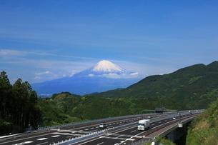 富士山と新東名高速の写真素材 [FYI01478141]