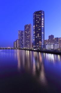 辰巳運河とタワーマンション群の夜景の写真素材 [FYI01478183]